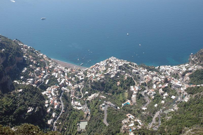 7f5cb4da ... det viste seg at vi måtte kjøre helt ned igjen og rundt hele halvøya  for å komme dit. Vi rakk en liten strandtur i Positano, og vi tilbrakte  noen timer ...